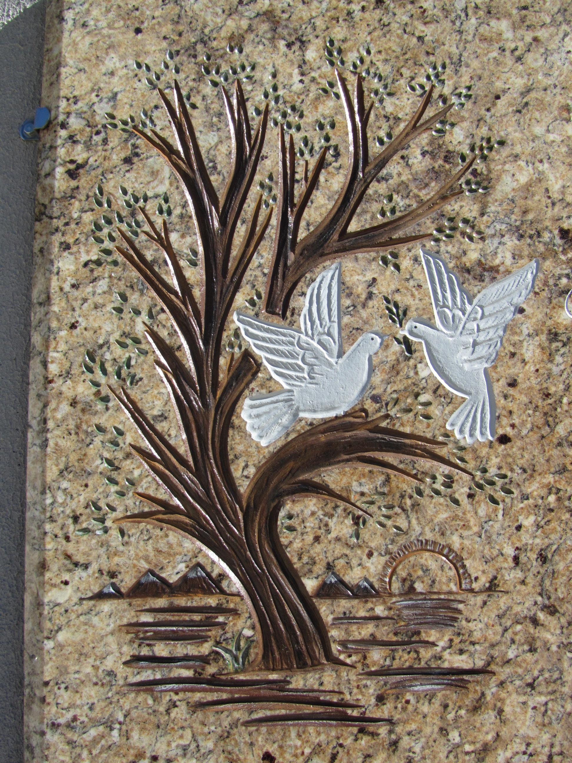 Lapida con arbol con palomas pintado