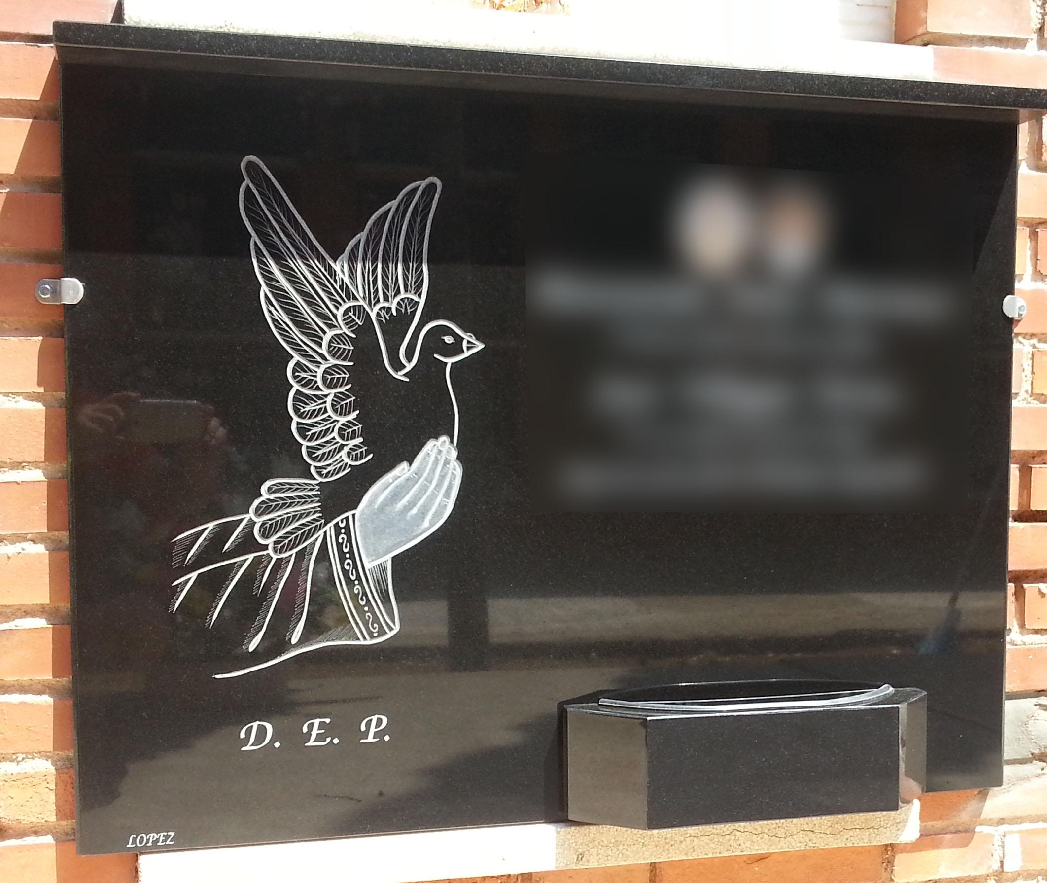 Lapida con manos y paloma