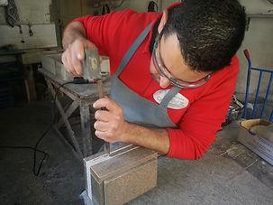 Marmolista trabajando, escultor de lapidas, profesional de la piedra