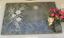 Lapida con flores talladas