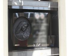 Lapida escultura Virgen pintada