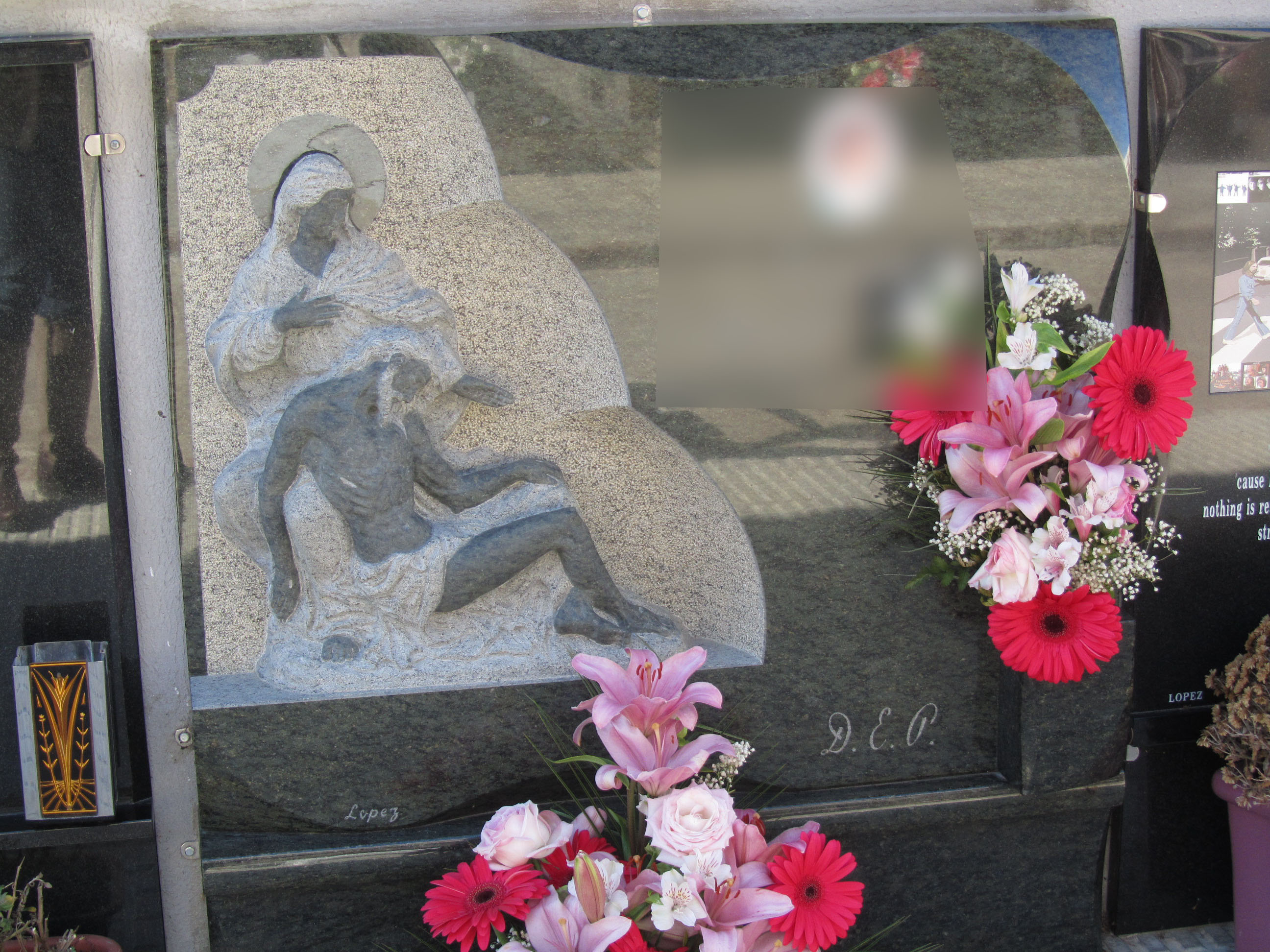 Lapida escultura Piedad Miquel Angel