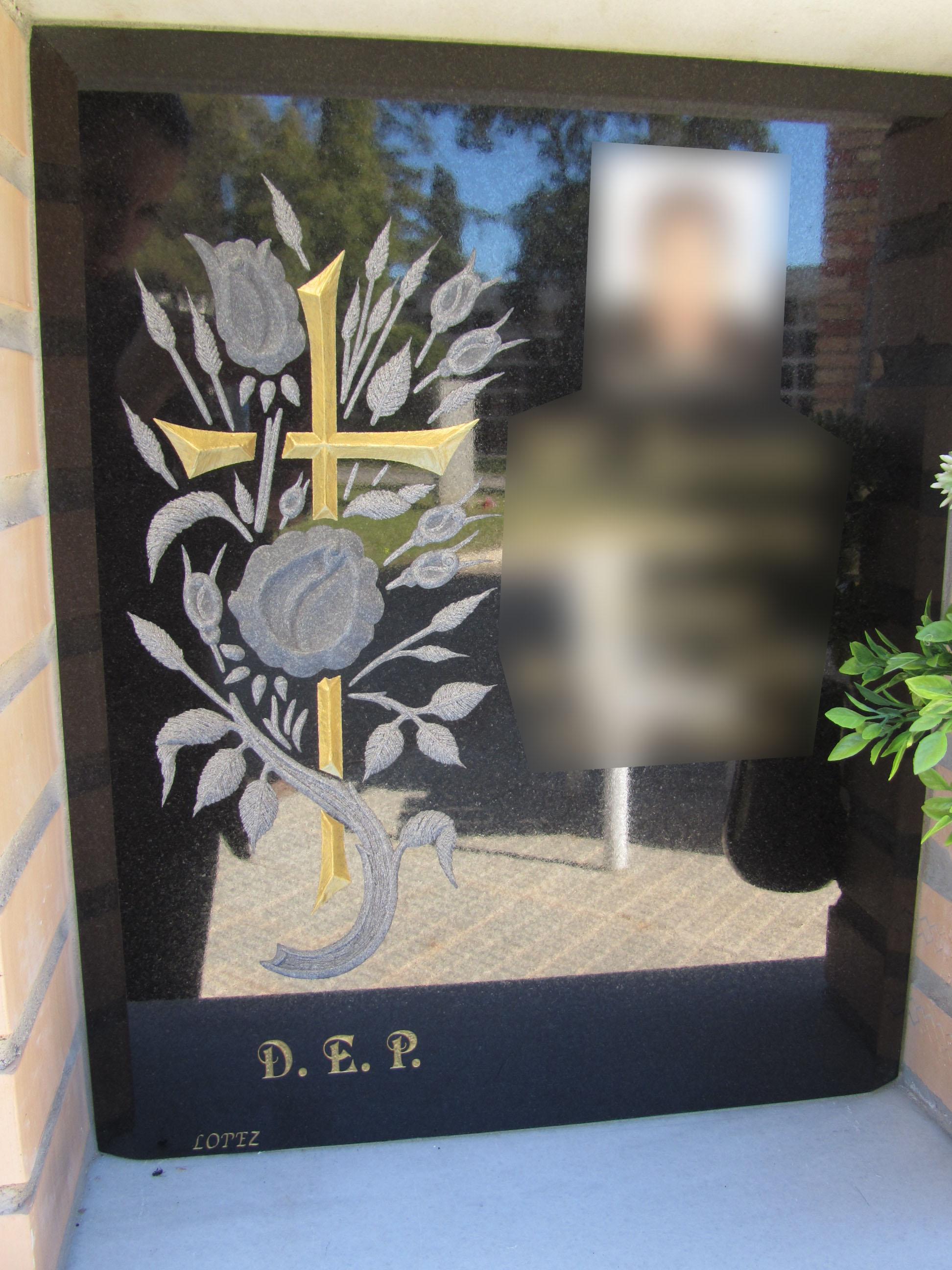 Lapida columbario cruz con flores