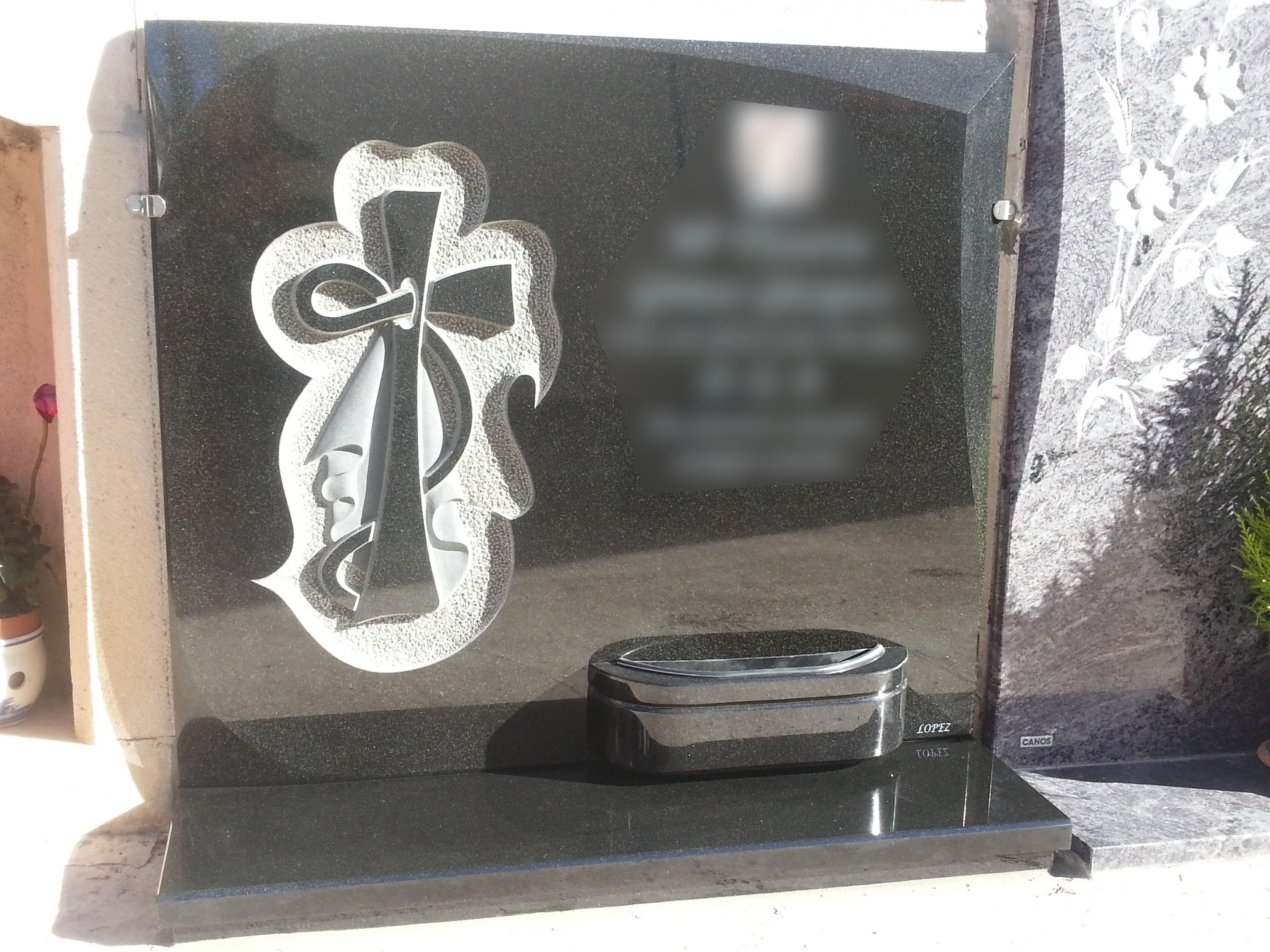 Lapida con cruz plana y manto