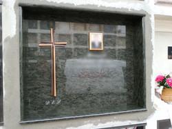 Lapida con cruz de bronce