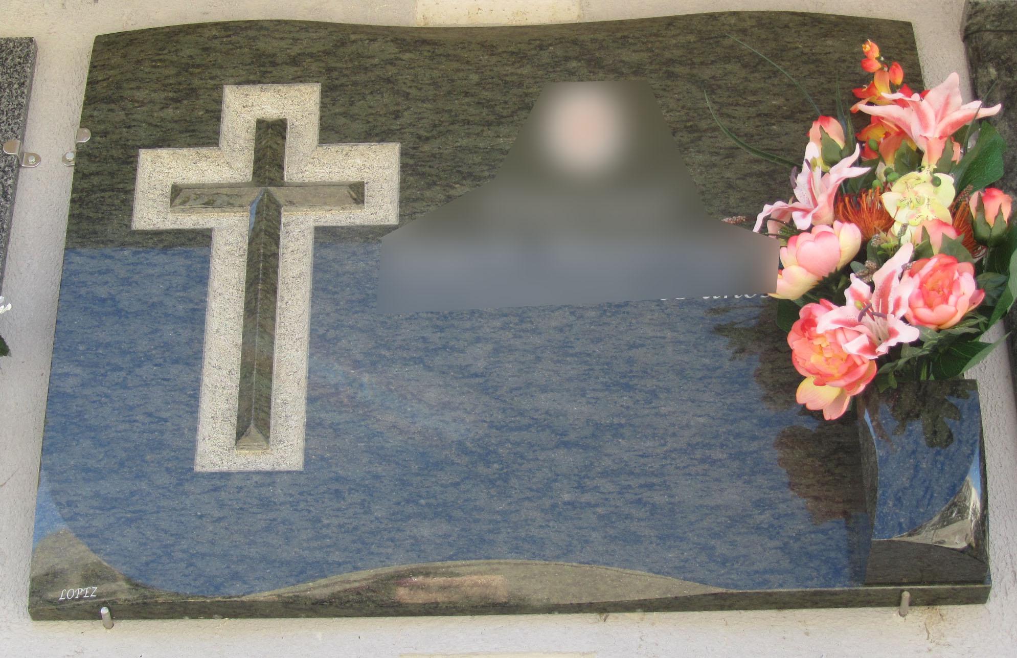 Lapida con cruz trabajada y pulida
