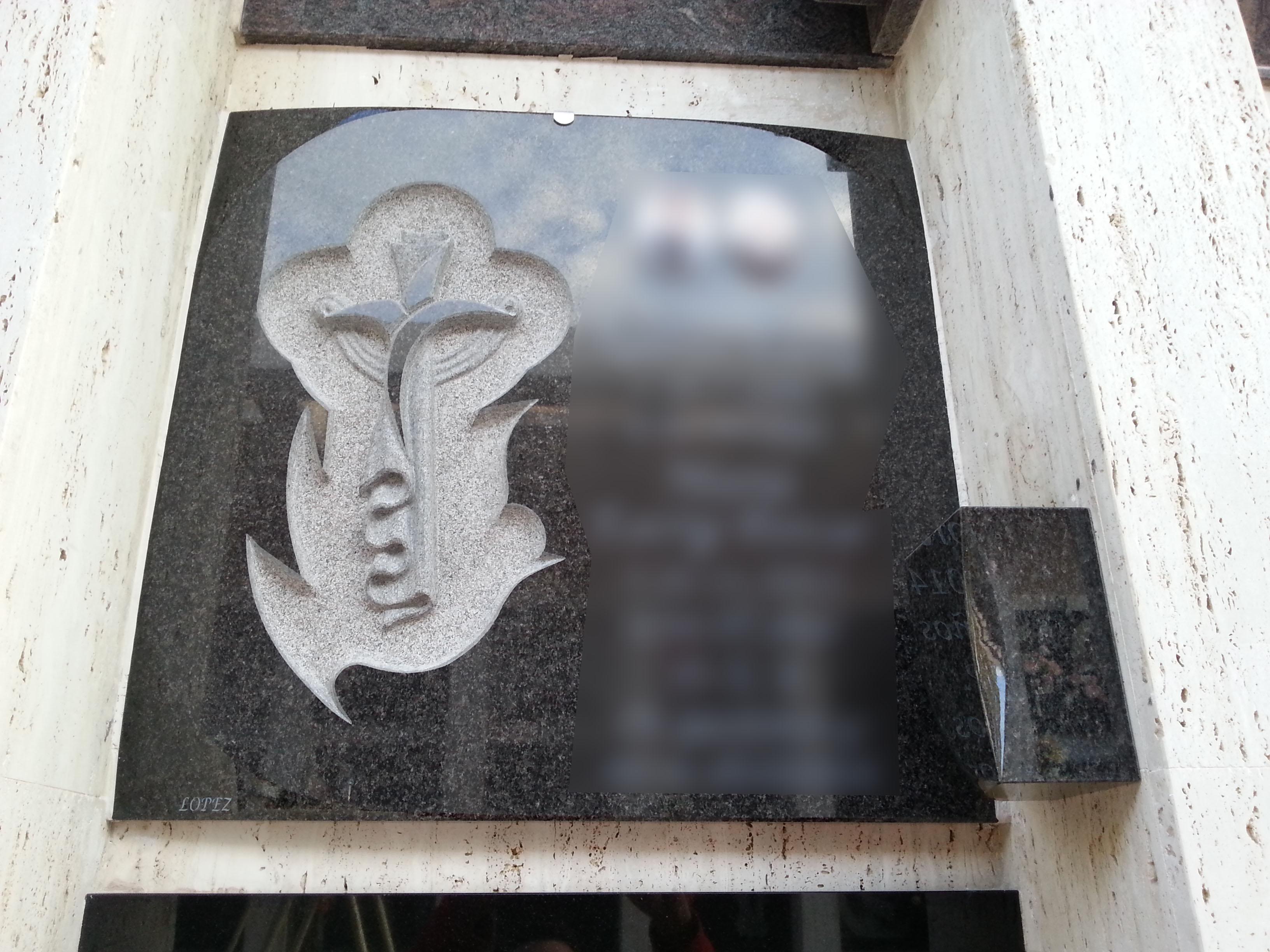 Lapida con cruz de manto y paloma