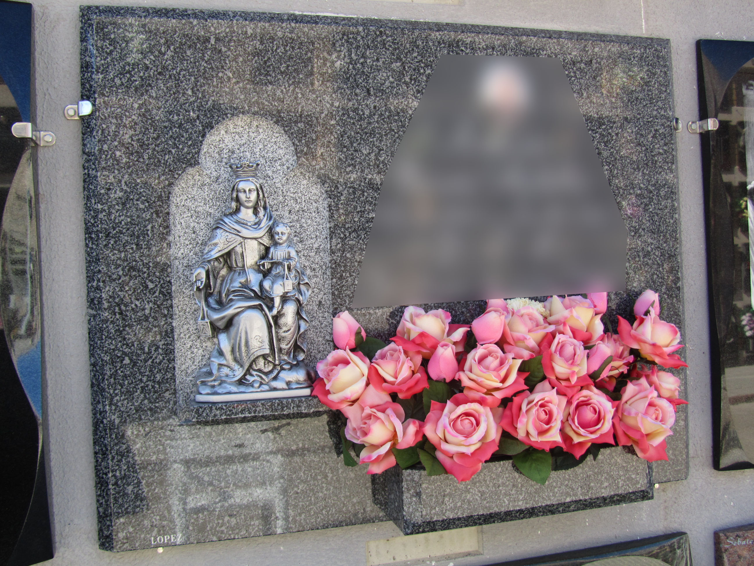 Lapida figura marmolina Virgen Carme