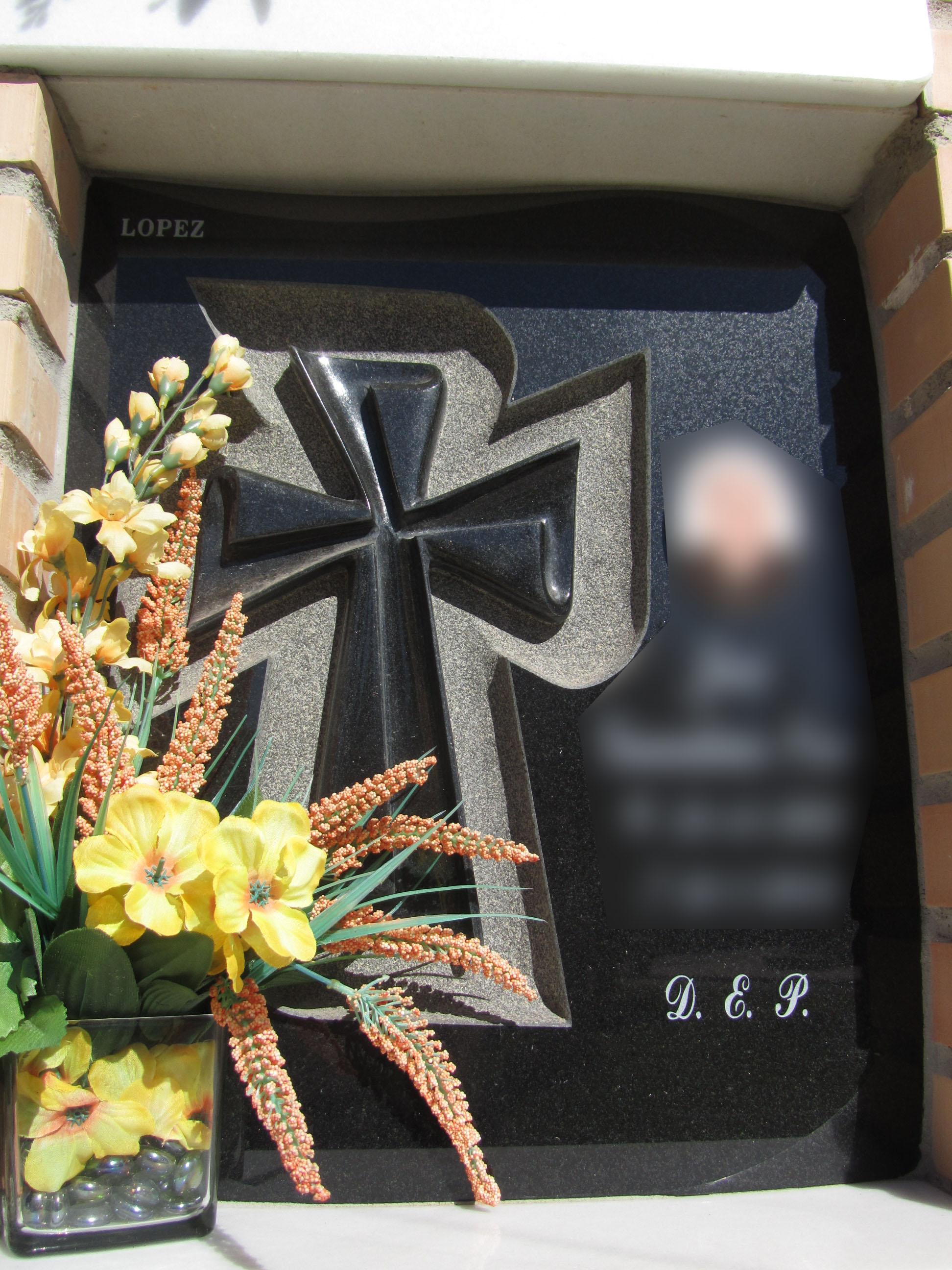 Lapida columbario cruz trabajada