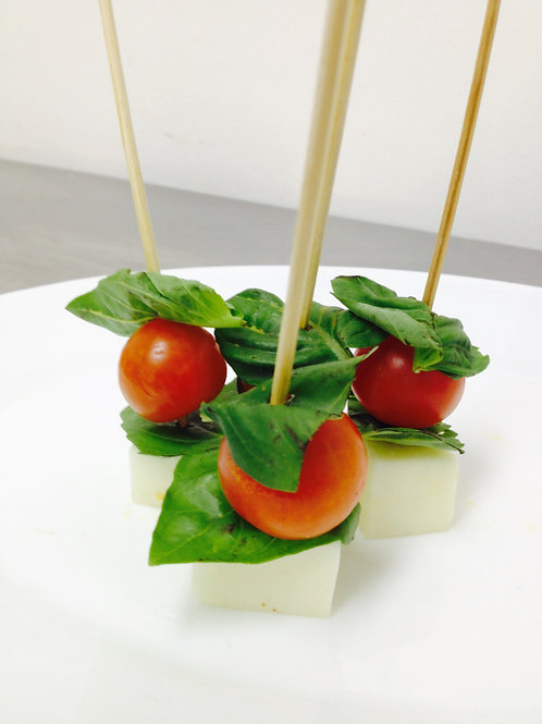 Brocheta tomate cherry, queso cabra y albahaca