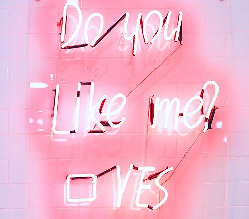 Do you like me_ Neon Light Sign_bearbeit