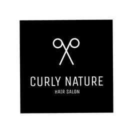 Логотип Парикмахерской Curly Nature с изображением белых ножниц