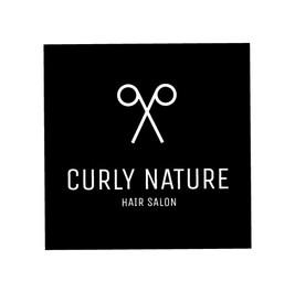 Logo de la peluquería Curly Nature con unas tijeras blancas
