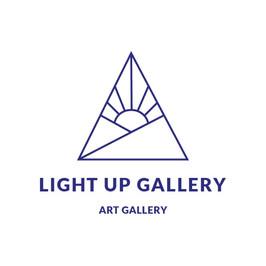 Logo de galería iluminada con un amanecer dentro de un triángulo