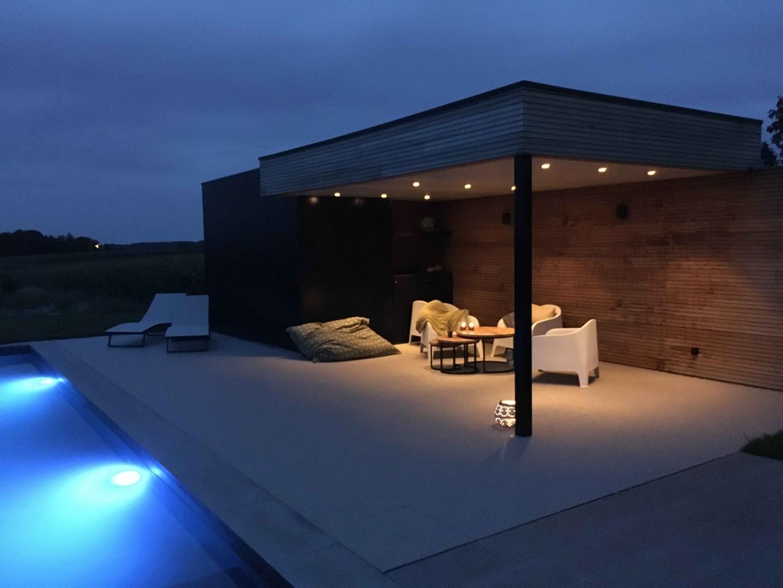 modern poolhouse met zwarte outsit desig
