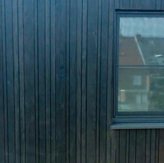 Zwart gebeitst hout gevelbekleding