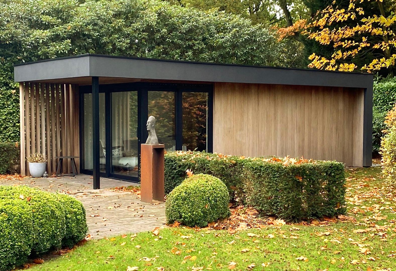 modern poolhouse met zwarte crepi.jpeg