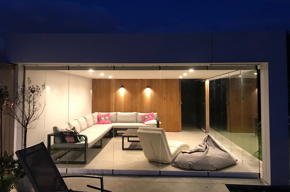 modern poolhouse met glaswanden.jpeg