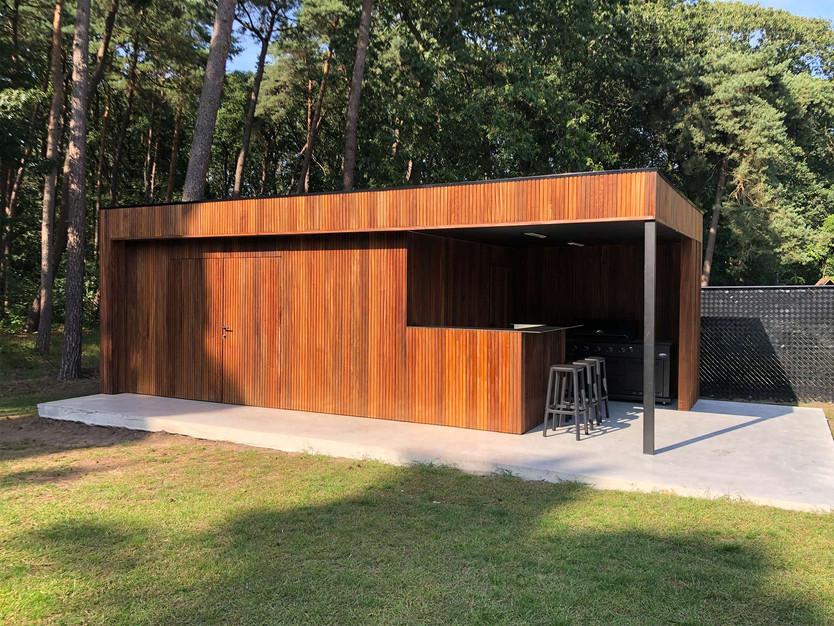 modern poolhouse met thermowood ayous_.j