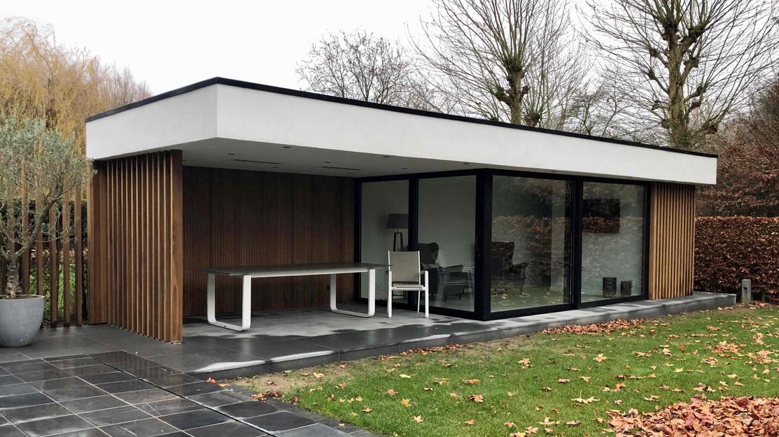 modern poolhouse , wit en zwarte combina