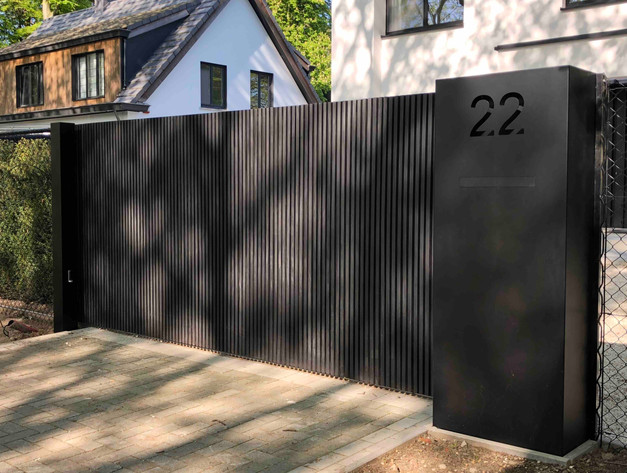 zwarte houten schuifpoort met aluminium