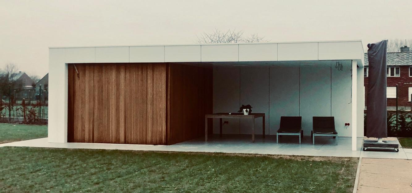 modern poolhouse met witte platen en the