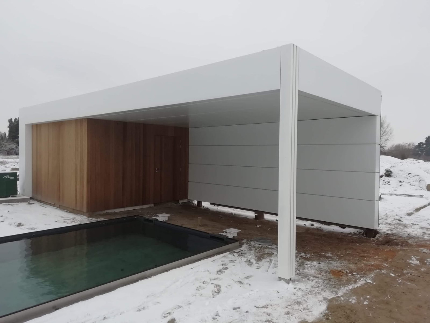 modern poolhouse met horizontale belijni