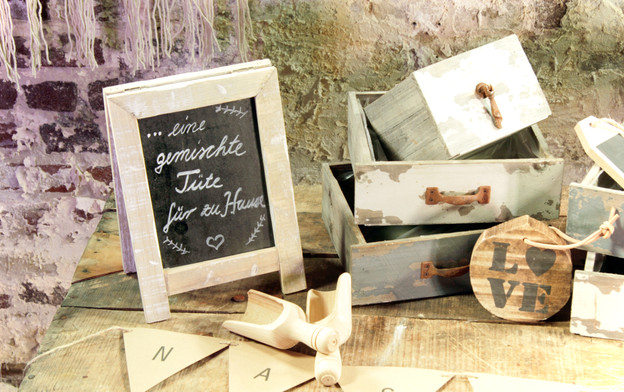 Holzboxen und Schilder - Je Stk. 2,00 Euro