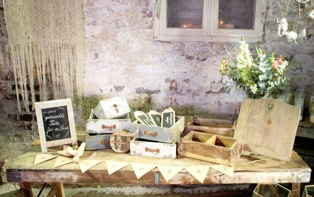 Holzboxen und Schilder groß - Je Stk. 2,00 Euro
