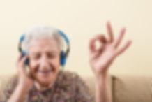 oudere-vrouw-met-koptelefoon.jpg
