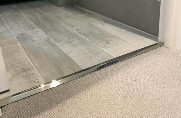 Tile to carpet door bar in polished chrome
