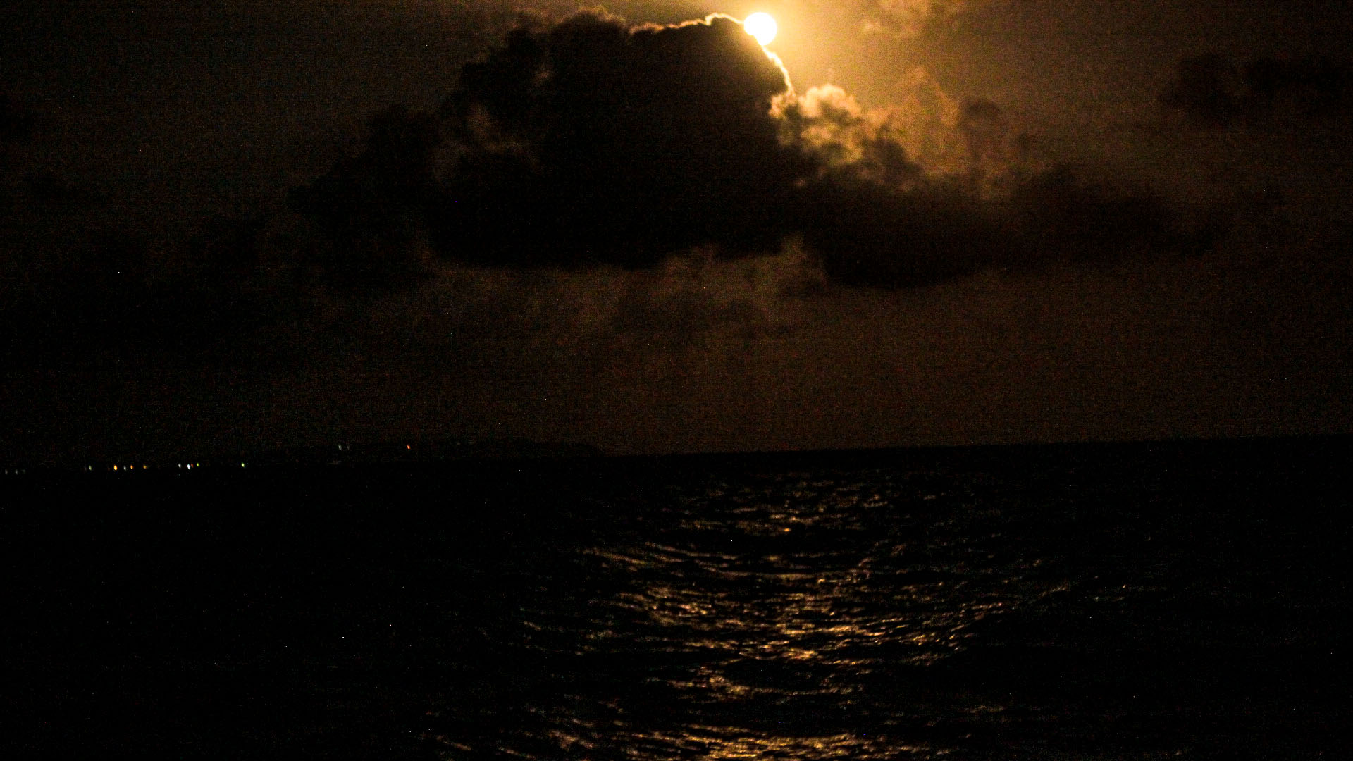 La luna nos recibe sobre la isla