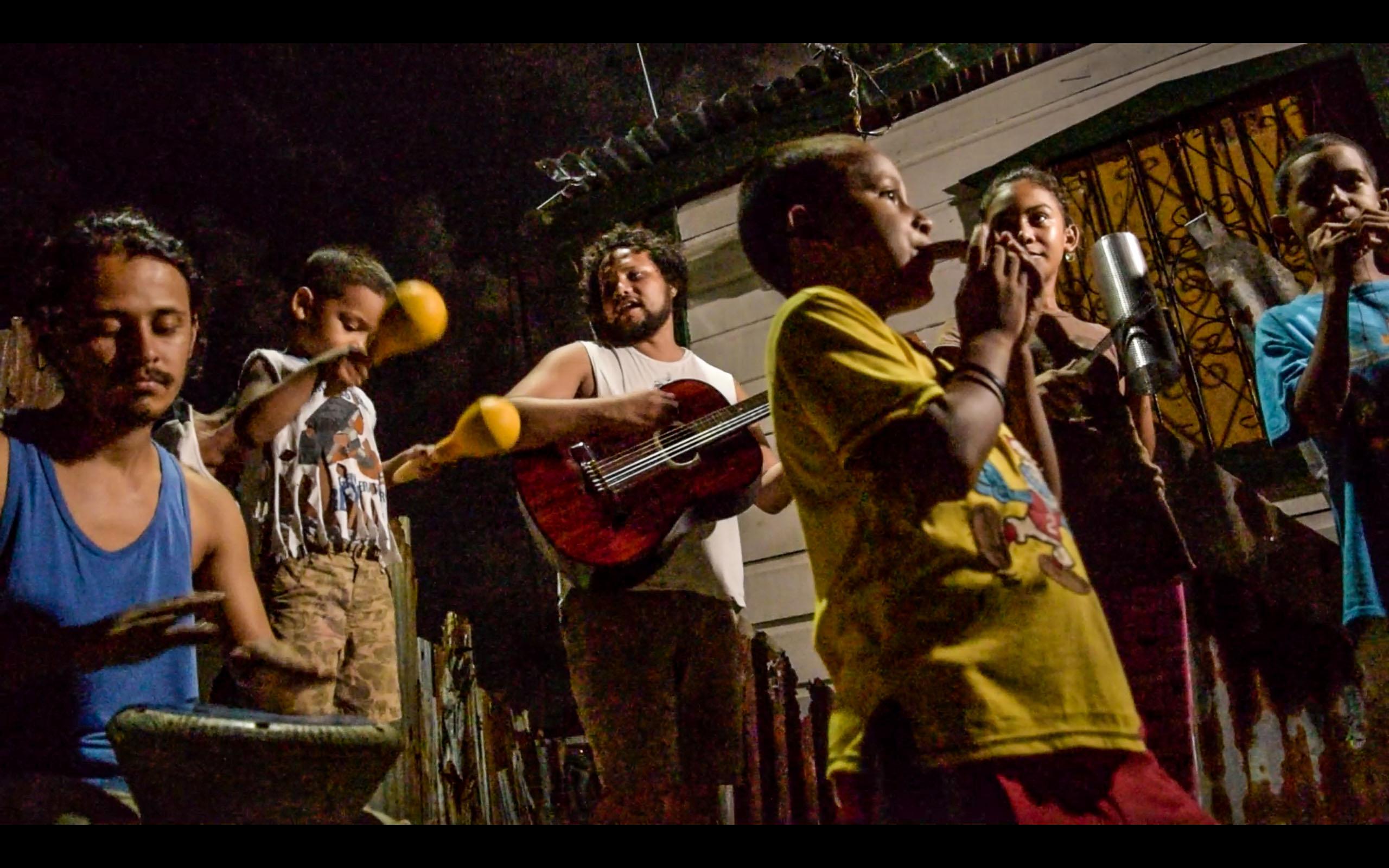 Niños y música en Barrio Canales