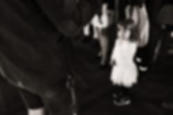 Hochzeitsfotograf-Esslingen-Zeremonie-Mädchen-Finger in Nase