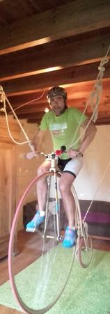 Oula Benoit s'est donné du mal avec une belle prise de risque ! Pas le moment de se blesser Benoit ! Superbe vélo on veut le même sur la scène du Grand Rex !
