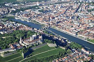 Wuerzburg_mit_Festung_Marienberg_Luftans