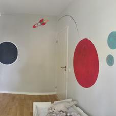 Lastenhuoneen koristemaalaus, tumma planeetta on magneettia jotta siihen voi kiinnittää asioita