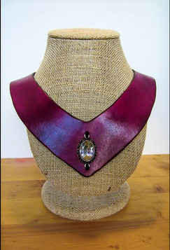 Collar-Style Necklace w Ornament