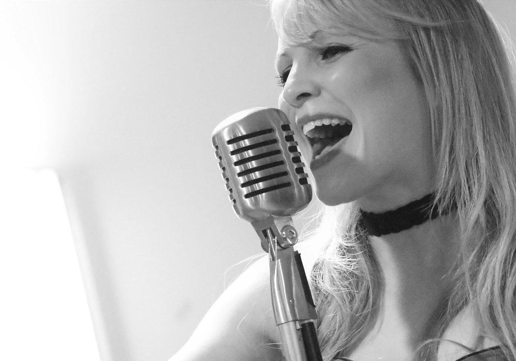 Holly Reynolds Singer Vocalist