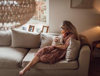 Lifestyle newbornfotografie aan huis Ape