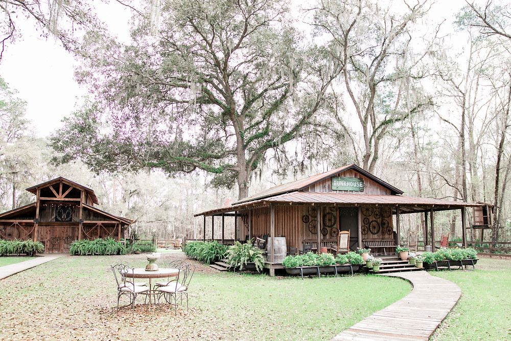 tucker's farmhouse green cove springs florida wedding venue in the greater jacksonville area gorgeous greenery oak trees shabby chic wedding venue