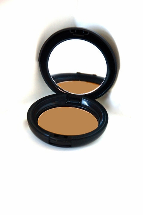 Dual Mineral Foundation in Sand