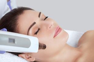Carbon-face-peeling-procedure-in-a-beaut