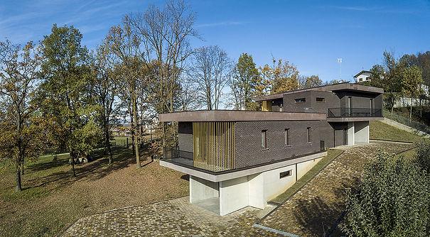 Antonio Bellonio_Architetto_vista drone_Villa Rambo_Mattone mrrone_brise soleil_Bosco_Roero_piemonte_Bifamigliare_Studio Bellonio