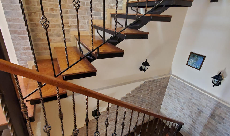 stairs & hall - 20200731_161947.jpg