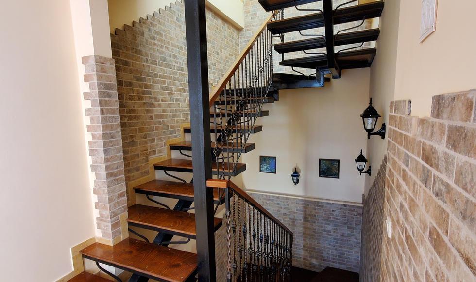 stairs & hall - 20200731_161921.jpg