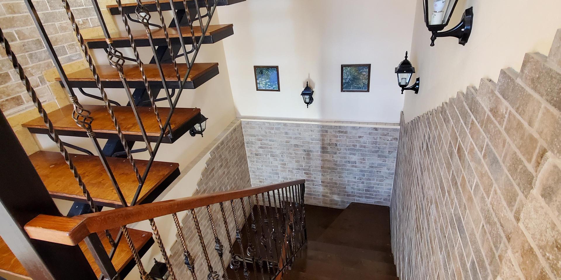 stairs & hall - 20200731_161941.jpg