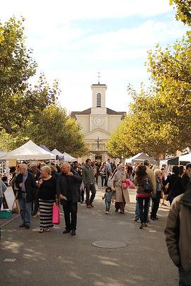 Place du marché de Carouge avec vue sur l'église Sainte-Croix