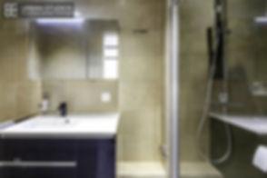 Salle de douche design avec mobilier laqué noir et réservoir Geberit Monolith noir