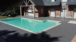 Tour de piscine gris foncé